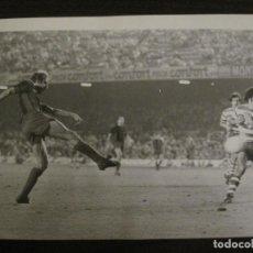 Coleccionismo deportivo: FC BARCELONA-FOTOGRAFIA ANTIGUA ORIGINAL REPORTER GRAFICO SEGUI-REIXACH-VER FOTOS-(V-15.327). Lote 142445694