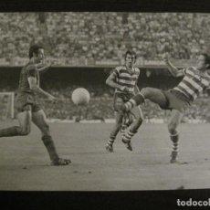 Coleccionismo deportivo: FC BARCELONA VS GRANADA -FOTOGRAFIA ANTIGUA ORIGINAL REPORTER GRAFICO SEGUI-VER FOTOS-(V-15.331). Lote 142446866