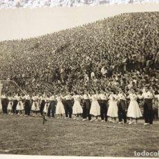 Coleccionismo deportivo: FUT-10. BALLADA DE SARDANAS EN EL CAMPO DE LES CORTS. AÑOS 50. F.C. BARCELONA. FOTO SUAREZ. Lote 143228182
