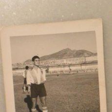 Coleccionismo deportivo: FOTO JUGADOR DE FUTBOL ALCOYANO. FOTO ESTUDIO. ALCOY 1952. Lote 143357122