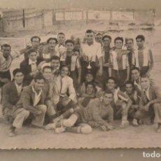 Coleccionismo deportivo: FOTO EQUIPO FUTBOL ALCOYANO. TRAS UNA VICTORIA. FOTO LLORENS ALCOY 1952. Lote 143357186