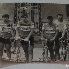 Coleccionismo deportivo: ANTIGUA FOTOGRAFIA ORIGINAL CICLISTAS DEL EQUIPO BAHAMONTES LA CASERA CICLISMO. Lote 143976978