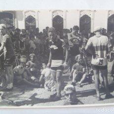 Coleccionismo deportivo: CICLISMO : FOTO DE UN GRUPO DE CICLISTAS DESCANSANDO . DE CUBILES, SEVILLA.. Lote 144390790