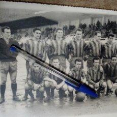 Coleccionismo deportivo: FOTOGRAFÍA DE EQUIPO DE FÚTBOL (AÑOS 50) - B/N -. Lote 144489214