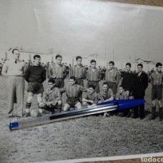 Coleccionismo deportivo: FOTOGRAFÍA DE EQUIPO DE FÚTBOL (AÑOS 50) - B/N -. Lote 144489370