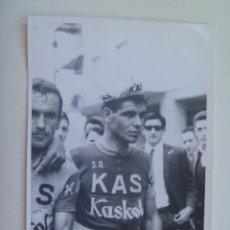 Coleccionismo deportivo: FOTO DE CICLISTA DEL EQUIPO KAS , KASKOL , AÑOS 60 . DE GELAN, SEVILLA ... 11,5 X 17,5 CM. Lote 145164082