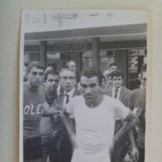 Coleccionismo deportivo: FOTO DE CICLISTA , AÑOS 60 . DE GELAN, SEVILLA ... 11,5 X 17,5 CM. Lote 145353334