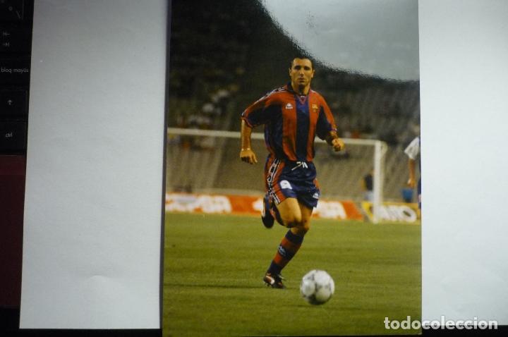 FOTO TAMAÑO CUARTILLA AÑO 1996 JUGADOR DEL FC BARCELONA STOICHKOV (Coleccionismo Deportivo - Documentos - Fotografías de Deportes)