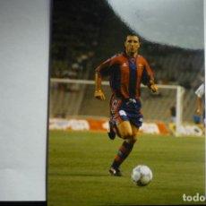 Coleccionismo deportivo: FOTO TAMAÑO CUARTILLA AÑO 1996 JUGADOR DEL FC BARCELONA STOICHKOV. Lote 146459910