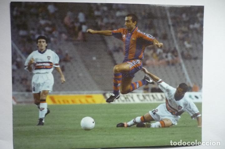 FOTOGRAFIA TAMAÑO POSTAL JUGADA ABELARDO F.C.BARCELONA-1996 (Coleccionismo Deportivo - Documentos - Fotografías de Deportes)