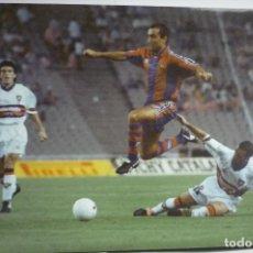Coleccionismo deportivo: FOTOGRAFIA TAMAÑO POSTAL JUGADA ABELARDO F.C.BARCELONA-1996. Lote 146460382