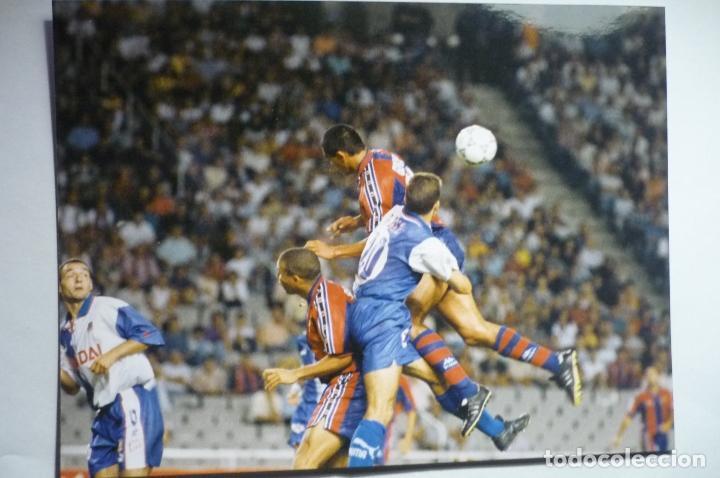 FOTO PRENSA TAMAÑO POSTAL JUGADA PARTIDO BARCELONA-AT.MADRID 1996 (Coleccionismo Deportivo - Documentos - Fotografías de Deportes)