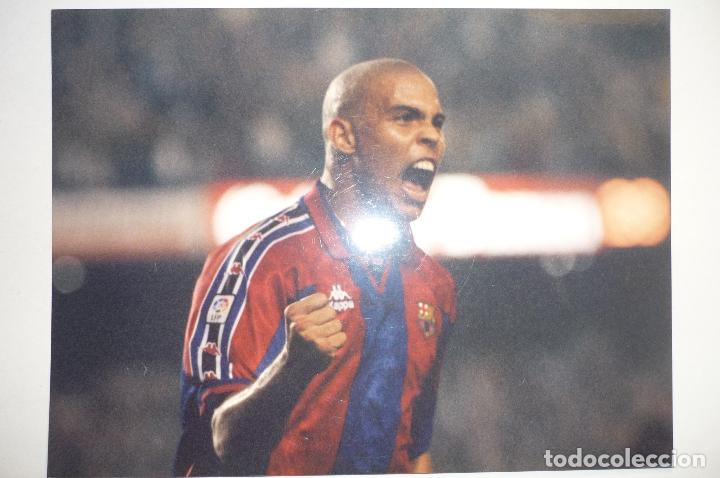 FOTO PRENSA TAMAÑO CUARTILLA F.C.BARCELONA JUGADOR RONALDO (Coleccionismo Deportivo - Documentos - Fotografías de Deportes)