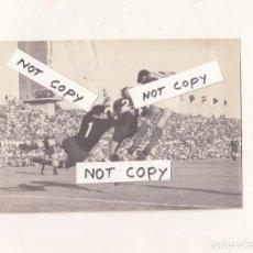 Coleccionismo deportivo: CÁDIZ C.F. FOTOGRAFIA DE UN PARTIDO OR IDENTIFICAR EN EL ESTADIO CARRANZA.AOS 60S-70S.. Lote 147509374