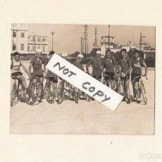 Coleccionismo deportivo: CÁDIZ. EQUIPO CICLISTA DE LA OBRA.FOTOGRAFIA ENRIQUE.CÁDIZ.AÑOS 50S.TAMAÑO: 11 X 9 CTMS.. Lote 147517714