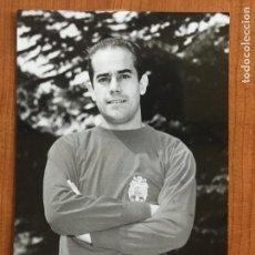 Coleccionismo deportivo: FOTOGRAFIA ORIGINAL LUIS SUAREZ CON LA CAMISETA DE LA SELECCIÓN ESPAÑOLA.. Lote 148652070