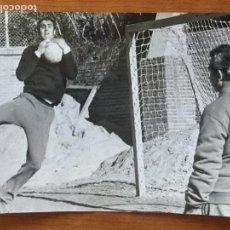 Coleccionismo deportivo: FOTOGRAFIA ORIGINAL JUNQUERA ENTRENANDO. AÑO 1969. FOTOS DE JAVIER GALVEZ.. Lote 148844418