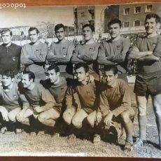 Coleccionismo deportivo: FOTOGRAFÍA ORIGINAL ALINEACIÓN DEL ORENSE AÑO 1969. FOTOGRAFO AGUSTÍN VEGA. Lote 148845146