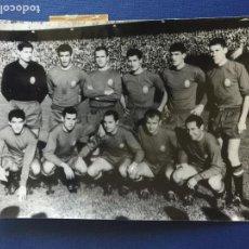 Coleccionismo deportivo: FOTO ALINEACIÓN EN EL ESPAÑA - RUMANÍA. AÑO 1962.. Lote 149225698