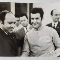 Coleccionismo deportivo: FOTOGRAFIA, MANUEL SARMIENTO BIRBA, DIRECTOR DE AS, CON UN CICLISTA , MEDIDAS 18 X 13 CM . Lote 149656682