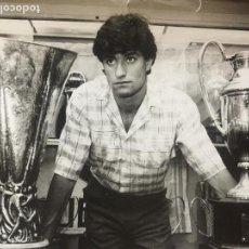 Coleccionismo deportivo: FOTOGRAFIA DE MICHEL CON DOS COPAS DEL REAL MADRID. REALIZADA POR AGUSTÍN VEGA. . Lote 150652398