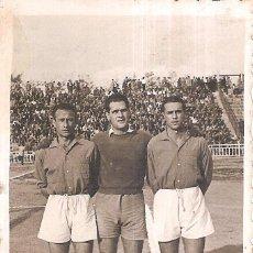 Coleccionismo deportivo: FOTOGRAFÍA ORIGINAL ERRAZQUÍN, CASAFONT AMORÓS UD MELILLA AÑOS 40. Lote 151404726