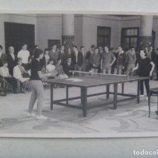 Coleccionismo deportivo: FOTO DE UNA COMPETICION DE PING PONG FEMENINO . DE VILCHES, SEVILLA.... 11 X 17 CM.. Lote 151471594