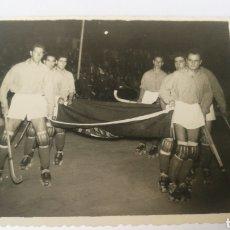 Coleccionismo deportivo: FOTO 1955 TERESA HERRERA SELECCION CORUÑESA CON BANDERA PORTUGAL CORUÑA HOCKEY PATINES HOQUEI. Lote 151504830