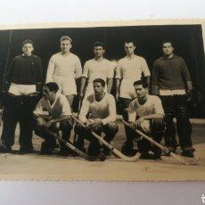 Coleccionismo deportivo: FOTO 1955 SELECCIÓN CORUÑA TROFEO TERESA HERRERA HOCKEY PATINES HOQUEI. Lote 151505845
