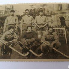 Coleccionismo deportivo: FOTO 1954 C. ASTURIANO A CORUÑA PLAZA MARIA PITA HOCKEY PATINES HOQUEI. Lote 151506001