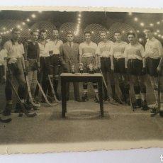 Coleccionismo deportivo: FOTO HOCKEY CLUB SANTA LUCÍA PRESIDENTE FEDERACION ESPAÑOLA PATINAJE ANTONIO GONZÁLEZ CORUÑA HOQUEI. Lote 151506344