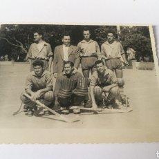 Coleccionismo deportivo: FOTO 1955 CENTRO ASTURIANO HOCKEY PATINES A CORUÑA HOQUEI. Lote 151507280