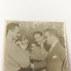 Coleccionismo deportivo: FOTO 1954 ENTREGA DE PREMIO POR LA DEPORTIVIDAD PRESIDENTE FEDERACION ESPAÑOLA PATINAJE. Lote 151507530