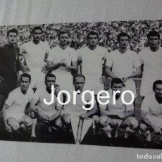 Coleccionismo deportivo: R. MADRID. ALINEACIÓN CAMPEÓN COPA GENERALÍSIMO 1961-1962 EN EL BERNABÉU CONTRA EL SEVILLA. FOTO. Lote 151665374