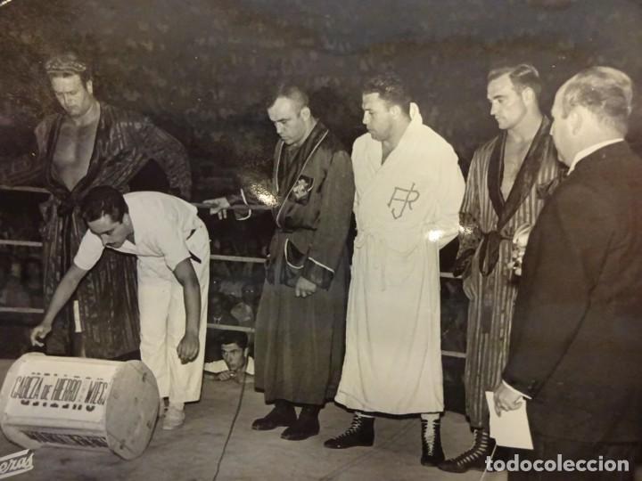 LUCHA LIBRE. FOTO ORIGINAL 24 X 18. TARRÉS Y OTROS LUCHADORES EN EL RING. BARCELONA.CIRCA 1950 (Coleccionismo Deportivo - Documentos - Fotografías de Deportes)