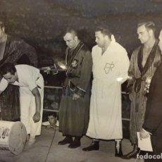 Coleccionismo deportivo: LUCHA LIBRE. FOTO ORIGINAL 24 X 18. TARRÉS Y OTROS LUCHADORES EN EL RING. BARCELONA.CIRCA 1950. Lote 152321790