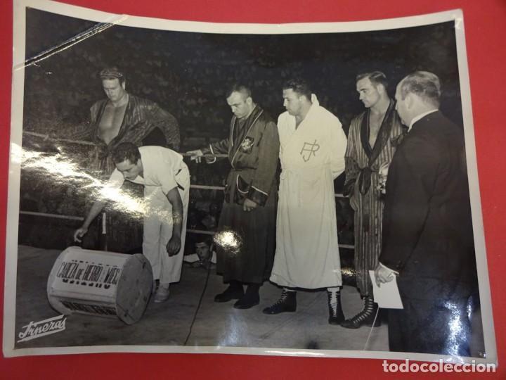 Coleccionismo deportivo: LUCHA LIBRE. Foto original 24 x 18. TARRÉS y otros luchadores en el ring. Barcelona.CIRCA 1950 - Foto 2 - 152321790