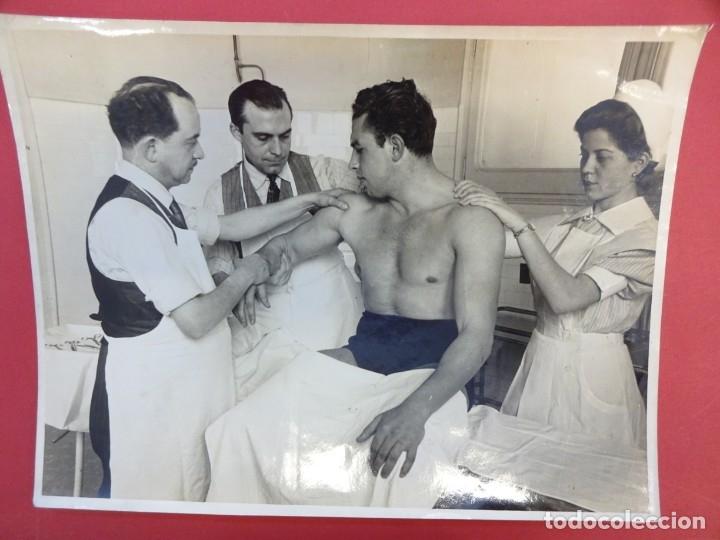 Coleccionismo deportivo: LUCHA LIBRE. Foto original 24 x 18. TARRÉS revisado en la enfermería. Barcelona.CIRCA 1950 - Foto 2 - 152322242