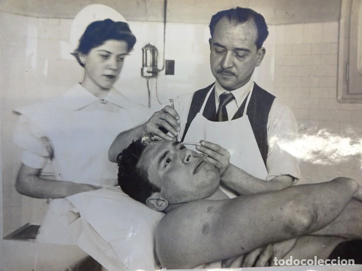 LUCHA LIBRE. FOTO ORIGINAL 24 X 18. TARRÉS CURADO EN LA ENFERMERÍA. BARCELONA.CIRCA 1950 (Coleccionismo Deportivo - Documentos - Fotografías de Deportes)