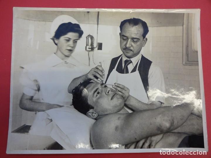 Coleccionismo deportivo: LUCHA LIBRE. Foto original 24 x 18. TARRÉS curado en la enfermería. Barcelona.CIRCA 1950 - Foto 2 - 152322366