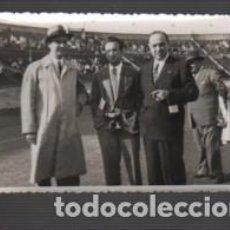 Coleccionismo deportivo: FOTOGRAFIA FUTBOL - DEL FAMOSO JUGADOR BASORA JUNTO UNOS DIRECTIVOS FUTBOL CLUB BARCELONA BARÇA. Lote 152817574