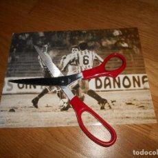 Coleccionismo deportivo: FOTO CARVAJAL 29 12 1985 MANOLO SANCHÍS REAL MADRID CONTRA BETIS ORIGINAL. Lote 152950746