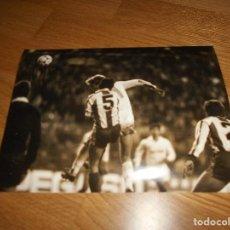 Coleccionismo deportivo: FOTO CARVAJAL 12 1 1986 MACEDA REAL MADRID CONTRA ESPAÑOL ORIGINAL. Lote 152952566
