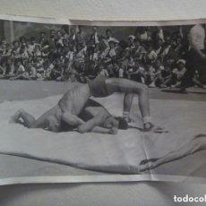 Coleccionismo deportivo: FOTO DE JOVENES PRACTICANDO LUCHA LIBRE O GRECORROMANA . AÑOS 50. Lote 153514098