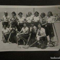 Coleccionismo deportivo: BARCELONA-EQUIPO FEMENINO HOCKEY SOBRE PATINES S.C. CATALUÑA-FOTOGRAFIA ANTIGUA-VER FOTOS-(V-16.113). Lote 155157202