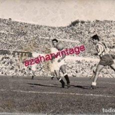 Coleccionismo deportivo: AÑOS 60, ESTADIO METROPOLITANO, PARTIDO ATLETICO DE MADRID - SEVILLA.FC., BUSTOS,CAMPANAL,18X12 CMS. Lote 155346502