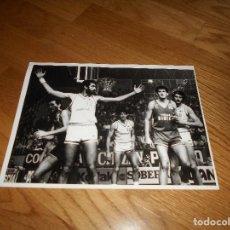 Coleccionismo deportivo: FOTO REAL MADRID BALONCESTO AÑOS 70 ROMAY FERNANDO MARTIN ETC. Lote 155382166