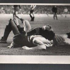 Coleccionismo deportivo: MUY BUENA FOTO ORIGINAL - FUTBOL C BARCELONA BARÇA - DEL JUGADOR J.CRUYFF LESIONADO D PEREZ ROSAS. Lote 155799066