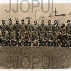Coleccionismo deportivo: MIEMBROS DE LA SELECCIÓN ESPAÑOLA. 1962. FIRMADA POR SUS COMPONENTES. FOTO: A . BURILLO. FUTBOL. Lote 155817470