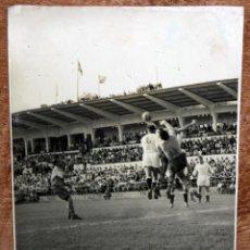 Coleccionismo deportivo: FOTOGRAFIA DEL AÑO 1951. U.D. LAS PALMAS-REAL MADRID. GRAFICAS HERNÁNDEZ GIL. 17,3 CM. X 11,8 CM.. Lote 155919626